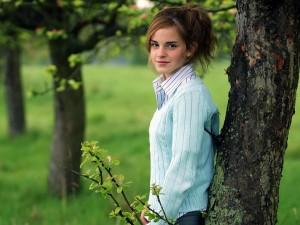 Emma Watson junto a un árbol