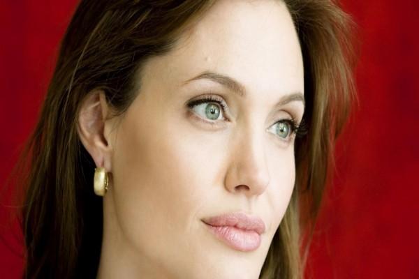 Mirada serena de Angelina Jolie