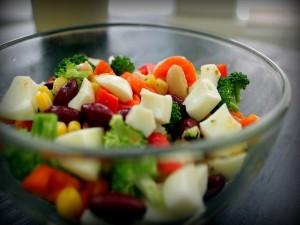 Ensalada con verdura, huevo y legumbre