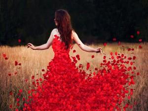 Mujer con un vestido de pétalos