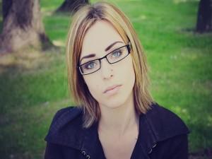 La mirada de una joven con ojos azules