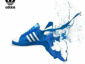 Postal: Deportiva azul adidas