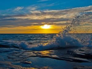 El agua del mar y el sol al atardecer