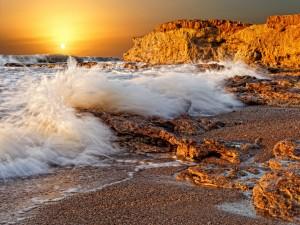 Postal: El agua marina bañando las rocas