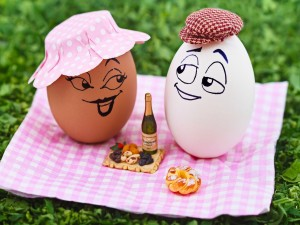 Postal: Huevos en un picnic romántico