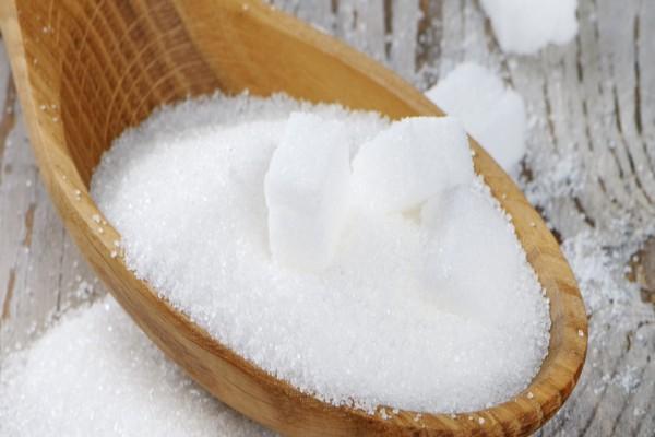 Cuchara de madera con azúcar