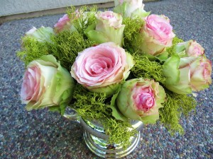 Postal: Rosas en un jarrón de cristal