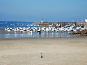Playa y puerto en Erquy (Francia)
