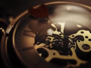 Postal: Reloj con el mecanismo al descubierto
