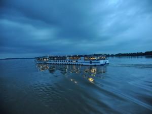 Postal: Crucero al crepúsculo sobre el Danubio