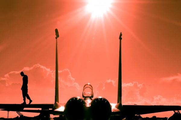 Rayos de sol sobre el avión y el piloto