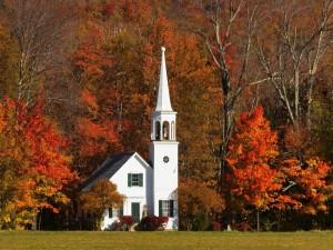 Iglesia junto a árboles con follaje otoñal