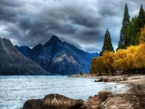 Postal: Nubes oscuras sobre las montañas
