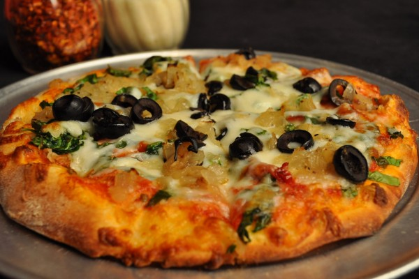 Pizza con cebollita y aceitunas