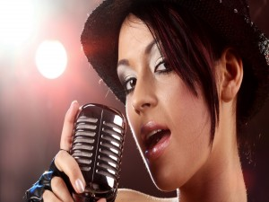 Postal: Una chica cantando
