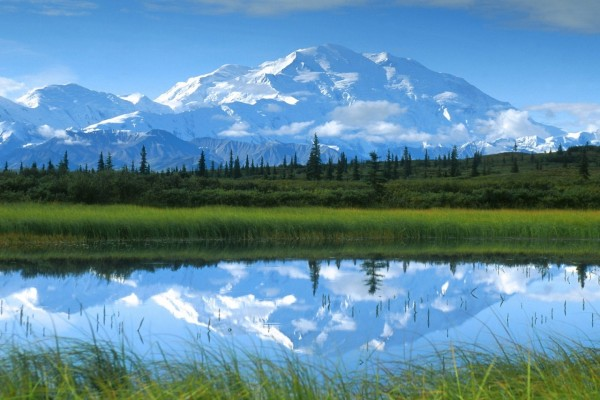 Bonito paisaje de las montañas nevadas