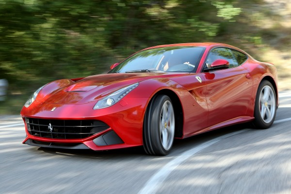 Ferrari tomando una curva en la carretera