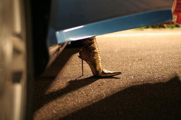 Zapato de tacón fuera del coche