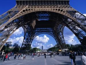 Postal: Paseando bajo la Torre Eifel