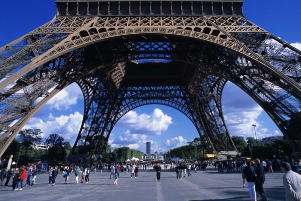 Paseando bajo la Torre Eifel
