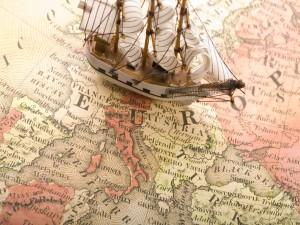 Pequeño barco sobre el mapa