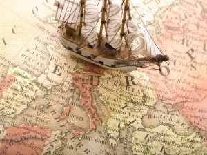 Postal: Pequeño barco sobre el mapa