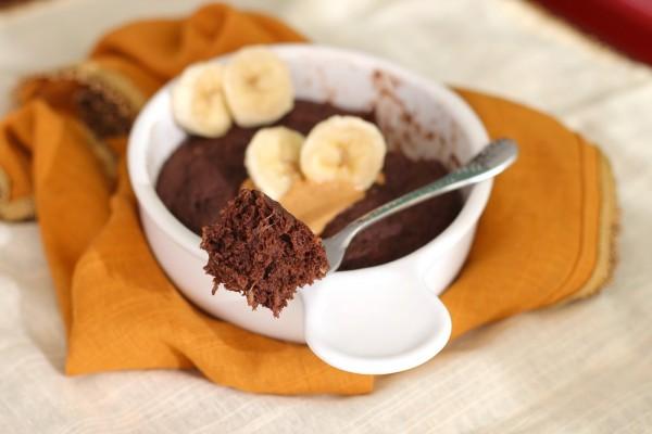 Cazuela con bizcocho de chocolate y plátano