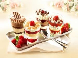 Postres de chocolate y frutas en vasitos