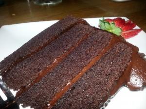 Postal: Una irresistible porción de pastel de chocolate