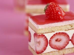 Pastel cuadrado con fresas