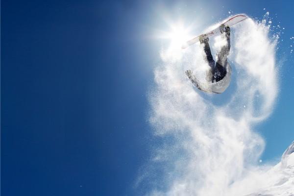 Gran salto de snowboard