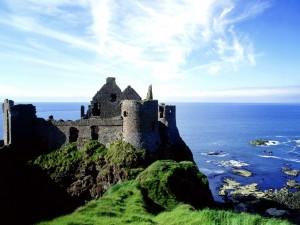 Postal: Un castillo en ruinas junto al mar