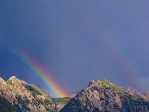 Arcoíris en las montañas y un cielo despejado