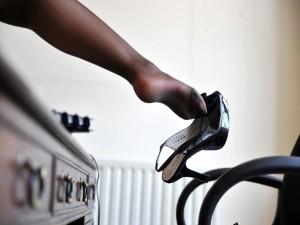 Mujer quitándose el zapato