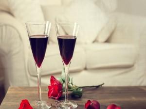 Dos copas de vino tinto y una rosa