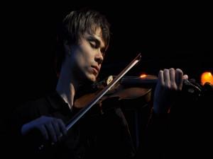 Postal: Alexander Rybak tocando el violín