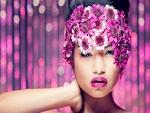 Mujer con la cabeza cubierta de flores