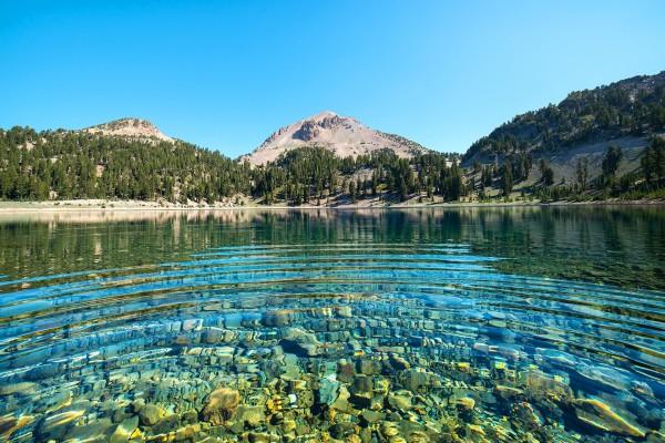 Rocas en el fondo del lago