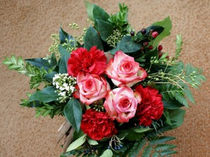 Postal: Ramo con flores y hojas verdes