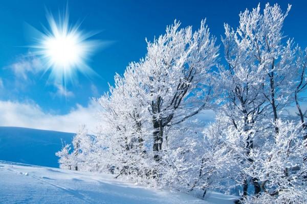 El brillante sol sobre el paisaje nevado