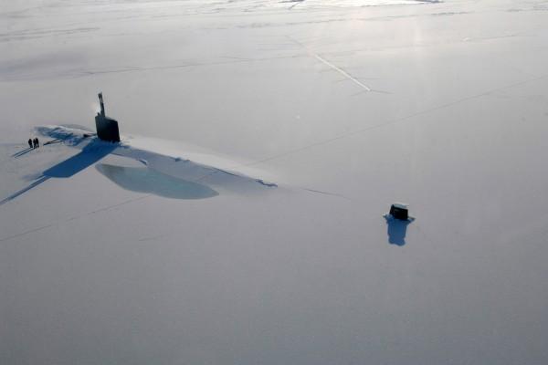 Submarino bajo el hielo