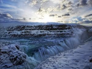 Corriente de agua entre la nieve
