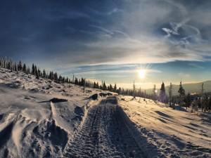 Huellas de ruedas en la nieve