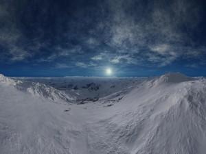 La luna sobre las blancas montañas