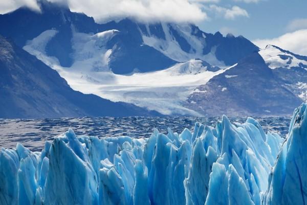 Hielo azulado en el glaciar