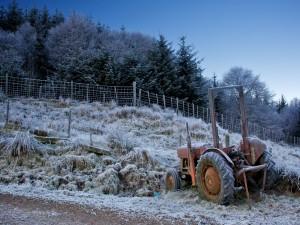 Tractor en un campo helado