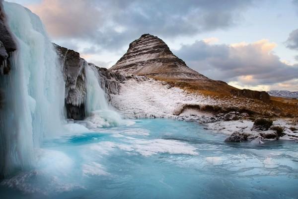 El agua de la cascada helada