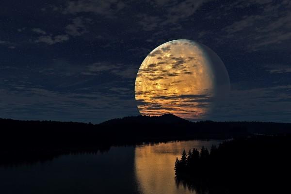 La gran luna reflejada en el río