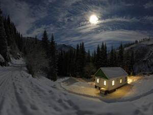La luna en un paisaje nevado