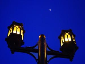 La luna entre dos farolas